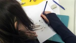 Schülerin bei der Arbeit in ihrem Comic