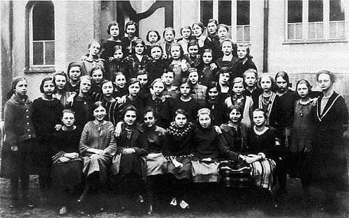 Die 1. Klasse des Lehrerinnenseminars und die 4. Klasse des Lyzeums (heute: Marie-Therese-Gymnasium) mit der späteren Schulleiterin Dr. Elisabeth Ewald (rechts), 1924/25 (aus: Erlanger Stadtlexikon, S. 458)