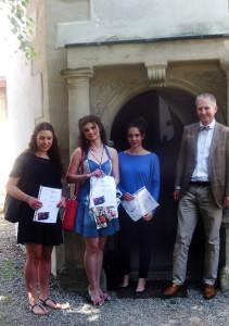 Bei der Siegerehrung im vor dem Schloss Habelsee: v.l.n.r. Chiara Martin, Maria Hofmeister, Sophie Dingler und OStD Dr. PD Kelllner