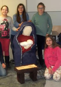 Alina Ackermann, Sarah Linhardt, Maiella Fina, Klaudia Pietrzyk um die Marienfigur