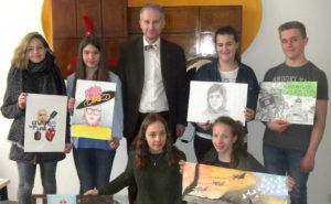 Die PreisträgerInnen des Europäischen Wettbewerbs 2016 mit ihren Bildern bei der Ehrung durch Herrn Dr Kellner