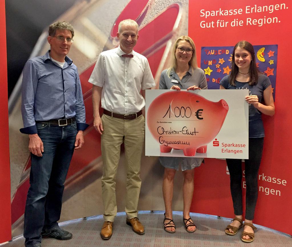 Spendenübergabe mit Herrn Barth, Herrn Dr. Kellner, Frau Vykydal und einer Schülerin des CEG