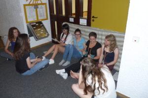 Sechs Schülerinnen und Schüler sitzen beim Polis Spiel 2017 protestierend zusammen