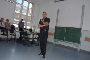 Mario Röllig spricht vor Schülern der 10. Klasse im CEG